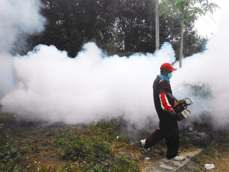 Penyemprotan dilakukan seksi pencegahan dan pengendalian penyakit menular di lokasi penderita DBD. (Foto: MC Temanggung)