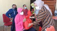 Ketua Tim Penggerak (TP) PKK Kabupaten Semarang Peni Ngesti Nugraha menyerahkan bantuan sembako kepada penyandang disabilitas. (Foto: Diskominfo Kab Semarang)