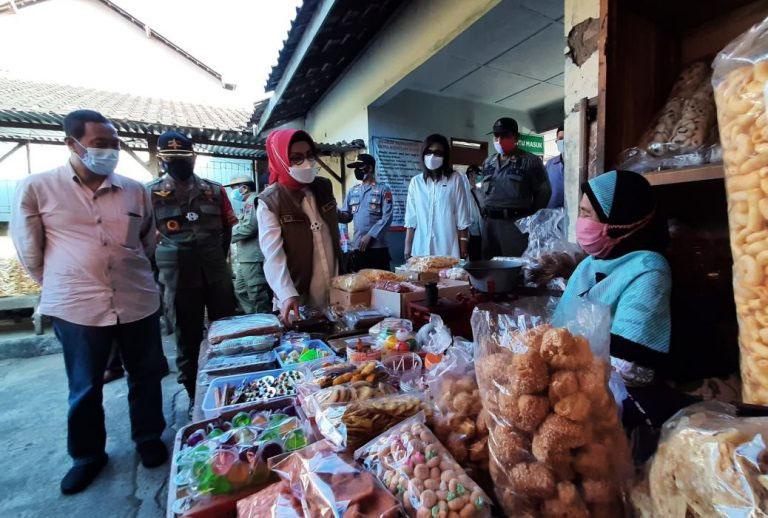 Agenda sambangi pasar akan terus dilakukan Bupati Etik untuk memantau aktivitas perekonomian masyarakat khususnya di pasar tradisional di Sukoharjo. (Foto: Humas Sukoharjo)
