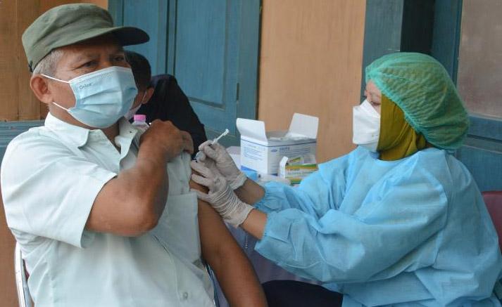 Salah satu peserta vaksinasi dosis 2 untuk pelaku wisata di Studio Alam Gamplong, Moyudan, Sleman. (Foto: Humas Pemda DIY)