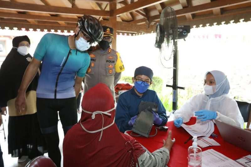 Sambil gowes pagi dari Yogyakarta, Ganjar memantau vaksinasi massal yang digelar di beberapa titik di kawasan Candi Borobudur Magelang. (Foto: Humas Jateng)