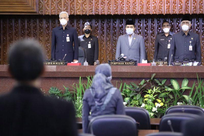 Gubernur Jateng Ganjar Pranowo saat mengikuti rapat paripurna tentang pembentukan susunan perangkat daerah di DPRD Jawa Tengah. (Foto: Humas Jateng)