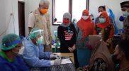 Ganjar Pranowo saat meninjau pelaksanaan vaksinasi Covid-19 di Karimunjawa, Kabupaten Jepara. (Foto:Diskominfo Jateng)