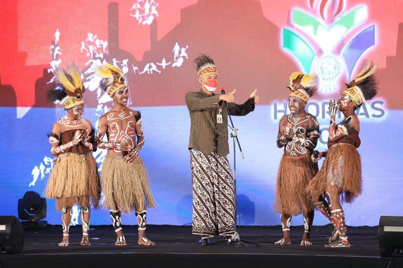 Ganjar Pranowo dan pelajar asal Papua dalam puncak peringatan Haornas 2021.  (Foto: Humas Jateng)