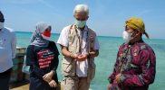 Ganjar Pranowo dan istri saat mengunjungi Parang, pulau terluar di Jawa Tengah. (Foto: Humas Jateng)