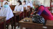 Ganjar Pranowo ngobrol dengan salah satu murid SDN Kedungpane 02. (Foto: Humas Jateng)