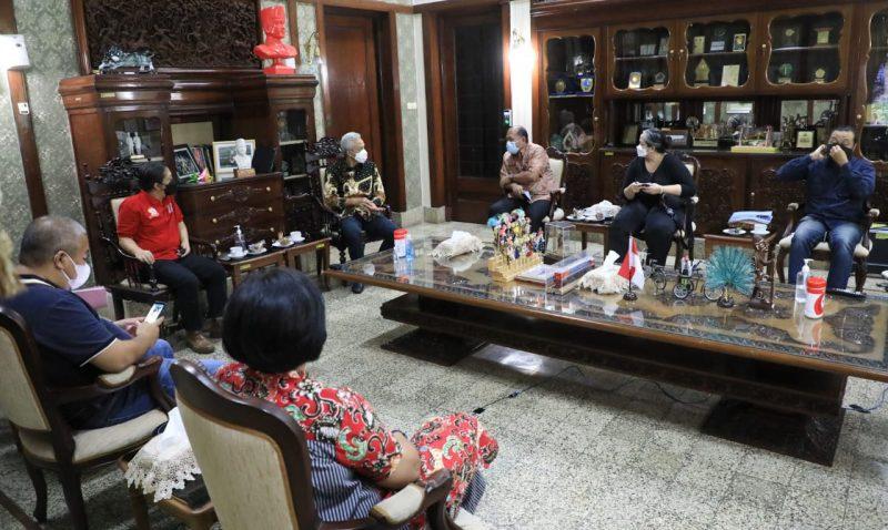 Sejumlah ahli Geodesi dari ITB saat berkunjung ke rumah dinas Gubernur jawa Tengah, Ganjar Pranowo membahas penanganan persoalan rob dan banjir yang melanda pesisir Jateng. (Foto: Humas Jateng)