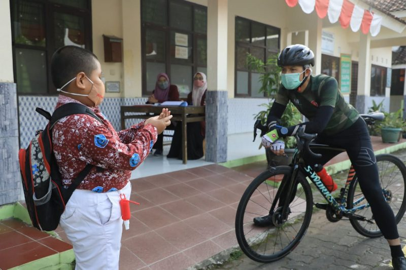Bertemu Ganjar Pranowo, Wafa mengaku senang karena bisa kembali bersekolah. (Foto: Humas Jateng)