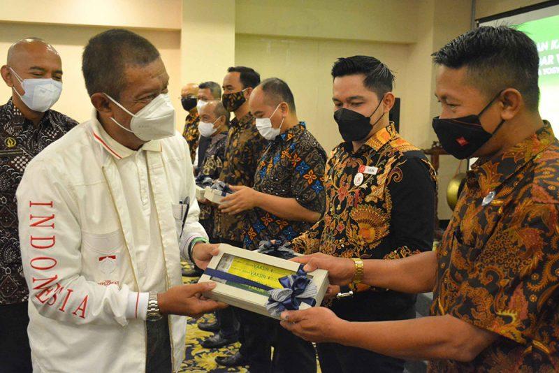 Walikota Yogyakarta Haryadi Suyuti membagikan gelang vaksin bagi pelaku usaha wisata di Yogyakarta. (Foto: Humas Pemkot Yogya)