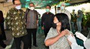Wakil Walikota Yogyakarta Heroe Poerwadi saat meninjau pelaksanaan vaksinasi di Gereja Katolik Pugeran. (Foto: Humas Pemkot Yogya)