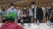 Wali Kota Surakarta Gibran Rakabuming Raka, bersama Wakil Wali Kota Surakarta Teguh Prakosa meninjau pelaksanaan vaksinasi yang digelar BPJamsostek dan Grab di Terminal Tirtonadi. (Foto: Humas Surakarta)