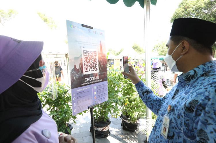 Wakil Gubernur Jawa Tengah Taj Yasin Maimoen melakukan simulasi uji coba pembukaan usaha pariwisata di Candi Borobudur. (Foto:Humas Jateng)
