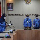 Wakil Walikota Yogyakarta, Heroe Poerwadi pimpin upacara dalam rangka memperingati Hari Kunjung Perpustakaan dan Bulan Gemar Membaca secara virtual. (Foto: Humas Pemkot Yogya)