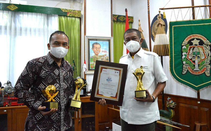 Walikota Yogyakarta Haryadi Suyuti juga meraih predikat TOP Pembina BUMD 2021, sementara Direktur Utama Bank Jogja Kosim Junaedi meraih predikat TOP CEO BUMD 2021. (Foto: Humas Pemkot Yogya)
