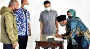 Wali Kota Salatiga Yuliyanto menyaksikan penandatangan berkas kelengkapan pencairan Hibah Bidang Keagamaan. (Foto: Diskominfo Salatiga)