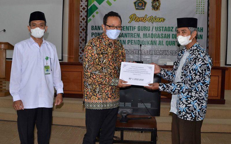Wakil Walikota Yogyakarta Heroe Poerwadi saat penyerahan bantuan insentif kepada guru ustadz ustadzah di Balai Kota Yogyakarta. (Foto: Humas Pemkot Yogya)