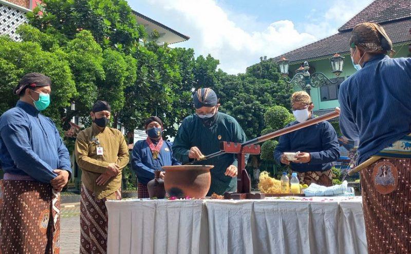 Heroe Poerwadi memimpin jamasan Pusaka Tombak Kyai Wijoyo Mukti. (Foto: Humas Pemkot Yogyakarta)