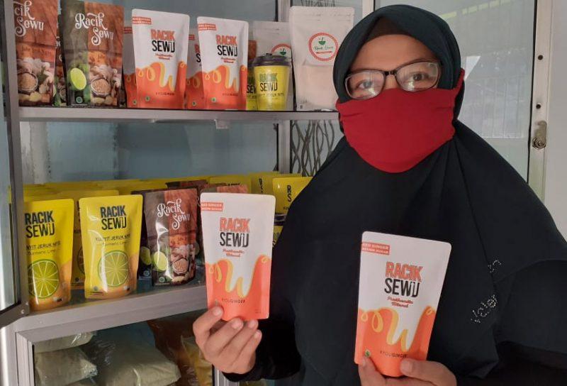 """Erwin Dianawati menunjukkan jamu serbuk """"Racik Sewu"""". (Foto: Humas/beritamagelang)"""