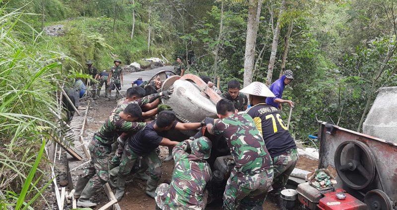 Satgas TMMD Kodim 0705/Magelang yang terdiri dari beberapa satuan militer di wilayah Magelang dan masyarakat setempat masih terus berjibaku dengan medan yang cukup sulit. (Foto: Humas/beritamagelang)