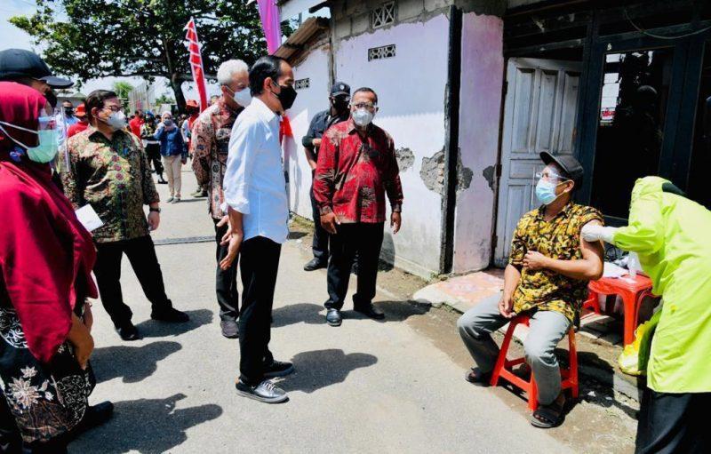 Presiden Joko Widodo dan Ganjar Pranowo begitu saat mengecek vaksinasi door to door di Desa Sentolokawat Kabupaten Cilacap. (Foto: Humas Jateng)