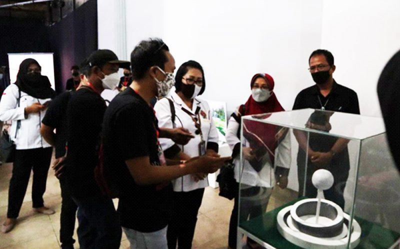 Dari kiri ke kanan, perwakilan seniman Kelompok YOS, Dra. Y Eni Lestari Rahayu dan Bapak Dunadi berbincang mengenai karya kelompok YOS untuk Kalurahan Margodadi. (Foto: Dok.JSSP 4)