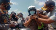 Kakorlantas Polri Irjen Pol Istiono melakukan sosialisasi PeduliLindungi langsung kepada pengendara yang melintas di Tugu Ireng Kecamatan Salam Kabupaten Magelang. (Foto: Humas/beritamagelang)