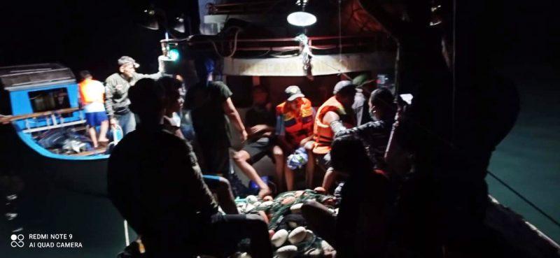 Setelah terapung-apung di laut sekitar dua jam, seluruh ABK kapal KM Dampelan Indah dapat diselamatkan oleh ABK Kapal Angel 02 yang sedang beraktivitas di sekitar perairan tersebut. (Foto:Dispenal)
