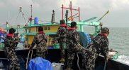 Kapal ikan illegal fishing berbendera Malaysia yang berhasil ditangkap di Selat Malaka diamankan petugas. Dalam beberapa tahun terakhir banyak kapal berbedera Malaysia yang diawaki nelayan Indonesia melakukan pencurian ikan di wilayah Indonesia. (Foto:KKP/infopublik)