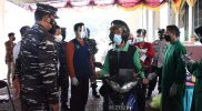 Kasal Laksamana TNI Yudo Margono saat meninjau pelaksanaan serbuan vaksinasi Drive Thru, di Gedung Sportorium UMY. (Foto:Dispenal)