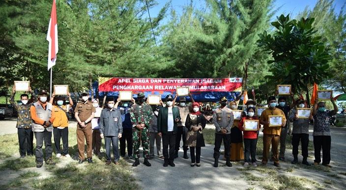Bupati Kebumen Arif Sugiyanto memberikan penghargaan secara simbolis kepada relawan dedikasinya dalam mendukung percepatan penanganan Covid-19. (Foto: Kominfo Kebumen)