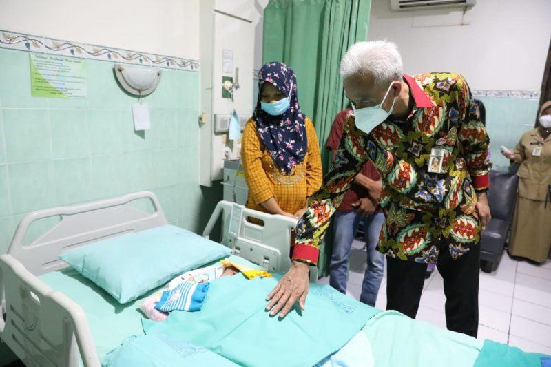 Ganjar Pranowo saat tilik bayi kembar siam Arka dan Arya. (Foto: Humas Jateng)