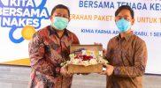 Bantuan diserahkan secara langsung oleh Direktur Utama PT Kimia Farma Apotek Nurtjahjo Walujo Wibowo kepada Walikota Surakarta Gibran Rakabuming Raka. (Foto: Humas Pemkot Surakarta)
