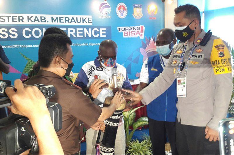 Peresmian Media Center Kominfo Klaster Merauke ditandai dengan pemukulan alat musik khas Papua, Tifa oleh Bupati Merauke, Romanus Mbaraka. (Foto: Jhon/InfoPublik)