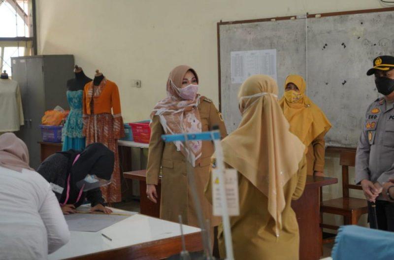 Bupati Klaten, Sri Mulyani meninjau langsung kegiatan PTM yang digelar di SMAN 2 Klaten dan SMKN 2 Klaten. (Foto: Humas Kab.Bantul)