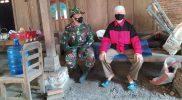 Saat stirahat lepas pengerjaan rehab rumah tidak layak huni Serda Warimin melakukan komunikasi sosial dengan Ngatemin. (Foto: Humas Sukoharjo)