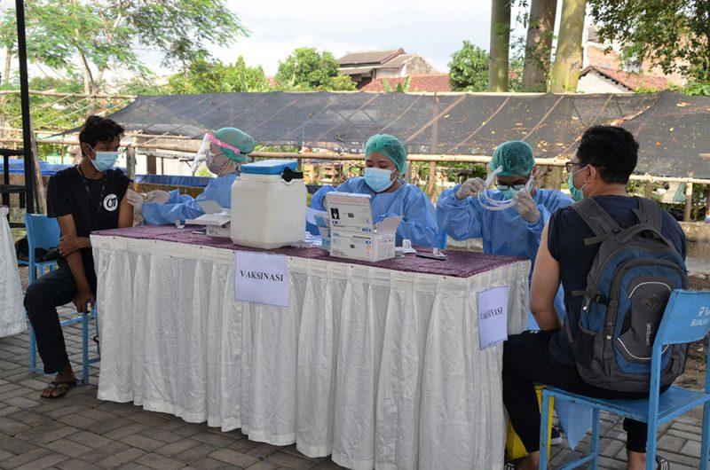 Vaksinasi Covid-19 yang diadakan di kampung Blunyahrejo Kota Yogya dari hasil penyisiran warga yang belum vaksin. (Foto: Humas Pemkot Yogya)