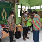 Wakil Walikota Yogyakarta, Heroe Poerwadi menyerahkan bantuan sosial kepada tokoh masyarakat dan warga Kricak. (Foto: Humas Pemkot Yogyakarta)