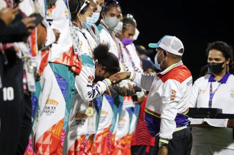 Tim kriket putri Papua akhirnya berhasil meraih medali emas pertama Pekan Olahraga Nasional (PON) XX di nomor super sixes, setelah mengalahkan tim kuat Bali dengan skor 45-44 di laga final yang berlangsung di arena kriket Doyo Baru, Kabupaten Jayapura, Minggu (26/9/2021) sore. (Foto:Rayki/kemenpora.go.id)