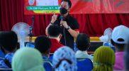 Bupati Kudus HM Hartopo saat meninjau pelaksanaan vaksinasi di Balai Desa Undaan Tengah. (Foto: Diskominfo Kudus)