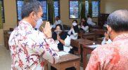 Bupati Kudus saat meninjau pelaksanaan ujian seleksi PPPK guru pada 2021 di SMAN 2 Kudus. (Foto: Diskominfo Kudus)