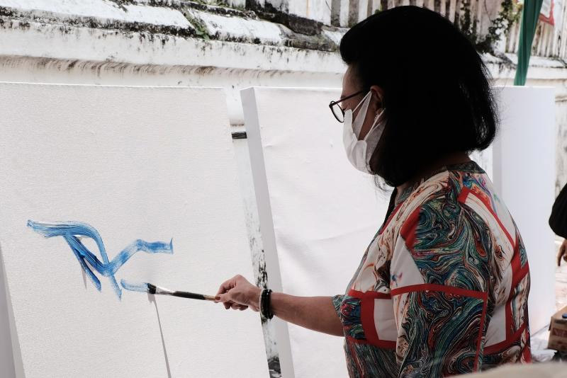 GKR Hemas menggoreskan kuas mengawali kegiatan Vaksinasi Live Painting On The Spot yang digelar di Sasono Hinggil Kraton Yogyakarta. (Foto: Humas Pemda DIY)