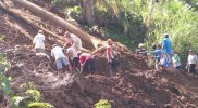 BPBD Kabupaten Wonosobo bersama warga membantu proses evakuasi tanah sawah yang longsor hingga mengakibatkan terputusnya saluran irigasi. (Foto: Diskominfo Wonosobo)