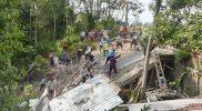 Warga bergotong royong membersihkan rumah yang roboh akibat longsor di Temanggung. (Foto: MCTEMANGGUNG)