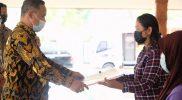 Wali Kota Magelang Muchamad Nur Aziz secara simbolis menyerahkan bantuan kepada KPM. (Foto: Diskominfo Magelang)