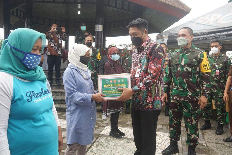 Bupati Magelang Zaenal Arifin berkesempatan menyerahkan bantuan sosial bagi masyarakat disela meninjau kegiatan serbuan teritorial di Desa Ketep. (Foto: Humas/beritamagelang)