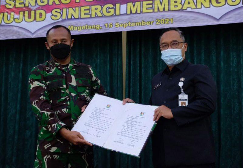 Dandim 0705/Magelang Letkol (Arm) Rohmadi dan Wali Kota Magelang Muchamad Nur Aziz saat pembukaan TMMD Reguler ke-112. (Foto: Diskominfo Magelang)