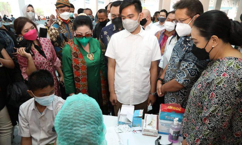 Menteri Kesehatan RI Budi Gunadi Sadikin meninjau pelaksanaan vaksinasi Covid-19 di Keraton Kasunanan Surakarta didampingi Wali Kota Surakarta Gibran Rakabuming. (Foto: Humas Pemkot Surakarta)
