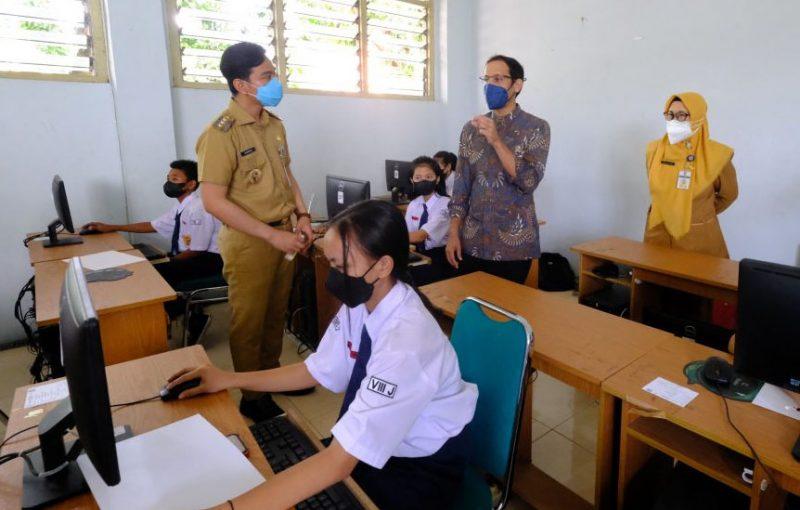 Menteri Pendidikan, Kebudayaan, Riset dan Teknologi RI, Nadiem Makarim saat melakukan kunjungan kerja ke Kota Surakarta, Senin (13/9/2021). (Foto: Humas Pemkot Surakarta)