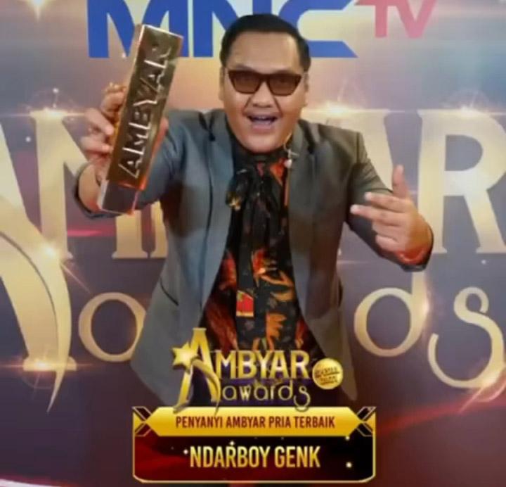 Ndarboy Genk dan penghargaan Penyanyi Ambyar Pria Terbaik MNCTV. (Foto: Instagram @ndarboy_genk)