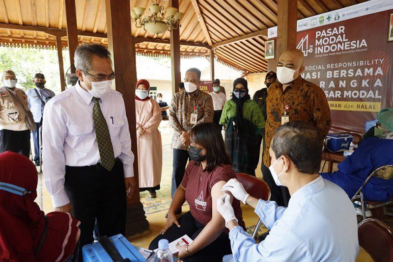 Bupati Bantul, H. Abdul Halim Muslih bersama Kepala OJK DIY, Parjiman melakukan peninjauan pelaksanaan vaksinasi Covid-19 di Kalurahan Muntuk, Kapanewon Dlingo. (Foto: Humas Bantul)